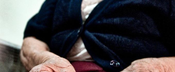 alte Frau gibt sich Insulin Infusion ins Bein