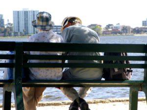 altes ehepaar auf einer Bank