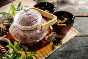 Grüner Tee in durchsichtiger Kanne. Er soll bei Diabetes sehr gut helfen